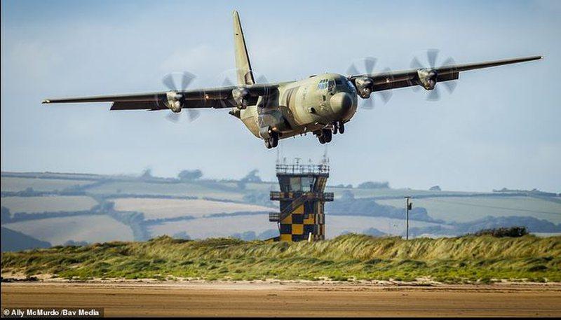 """Vdes """"Herkuli""""…ushtria britanike mbyll në hangar"""