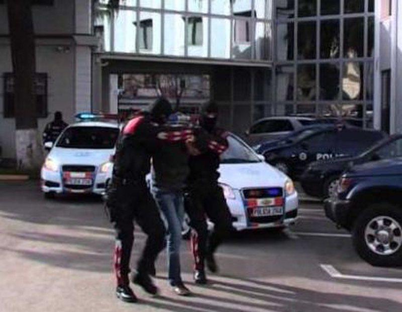 Lezhë/ 'Shqiponjat' bllokojnë dy automjete dhe