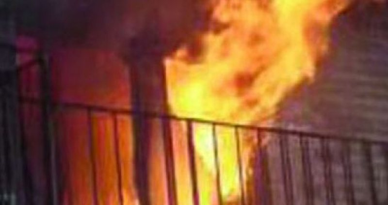 Zjarri i fuqishëm në Durrës 'përpin' tre banesa!