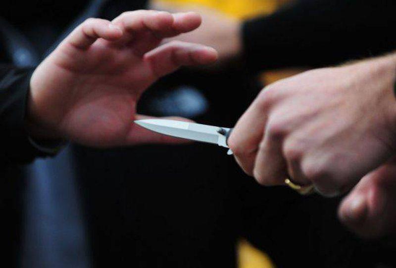 Sherr në Pogradec, qëllohet me thikë një person