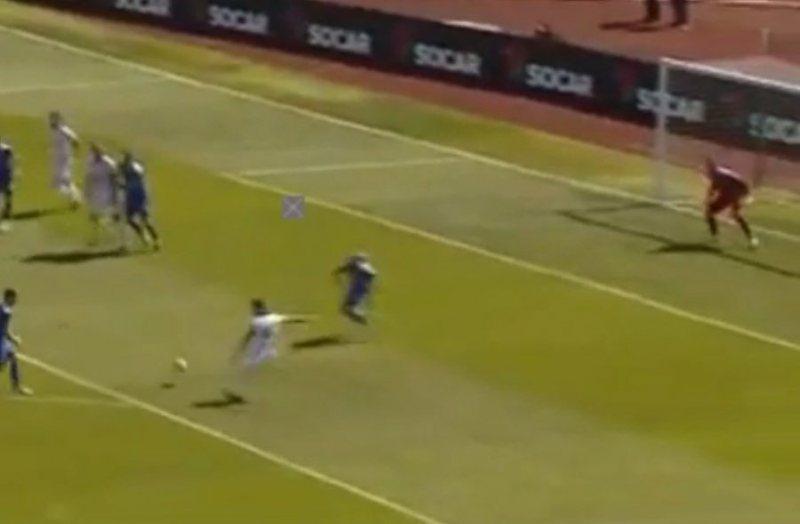 Shumë pranë golit, shikoni si 'fluturon' portieri islandez