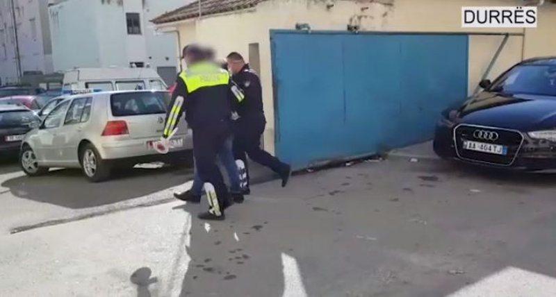 Plagosin te riun dhe e mbajne peng ne Durres, arrestohen dy autoret