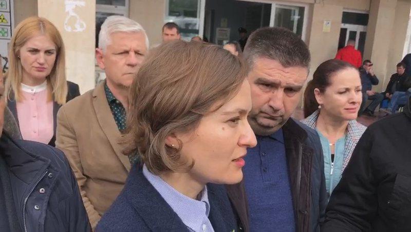 Helmimi i nxënësve, ministrja Shahini shkon në Fier: E