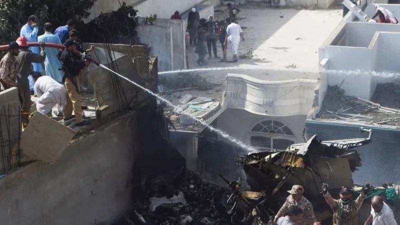 Mrekulli nga aksidenti ajror ne Pakistan, tre te mbijetuar nga rrezimi i avionit
