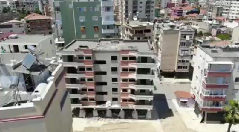 Pallati 6-katësh shembet me tritol, thyhen xhamat e një godine