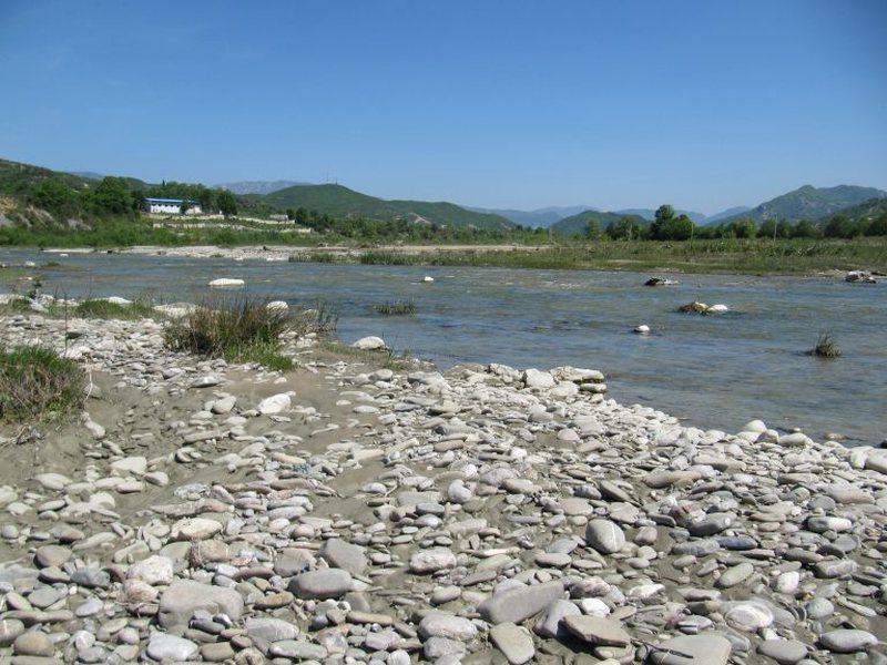 Ndotën lumin Erzen, gjobiten me 2 milion lekë 10 subjekte në