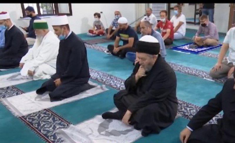 Besimtarët myslimanë festojnë Kurban Bajramin, pandemia ndryshon