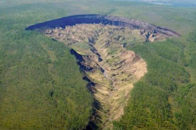 Foto/ Thellohet gropa e kraterit gjigand, 'rrezikohet' jeta në