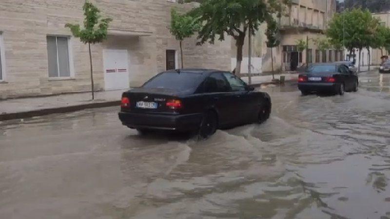 Pas vapës stuhi dhe rrebeshe, përmbytet qyteti i Beratit