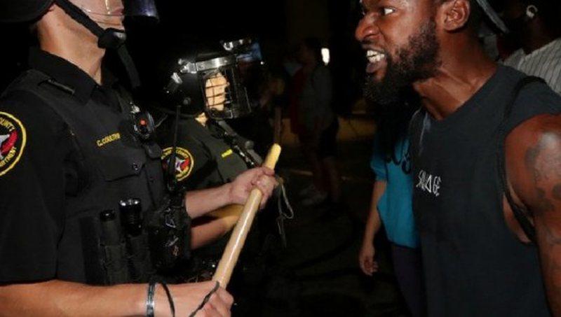 Video/ Policia e qëlloi afro-amerikanin në sy të