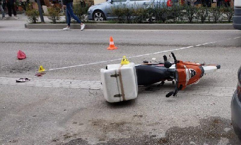 Vlorë/ Po shpërndante pica, motoristi përplas keq një