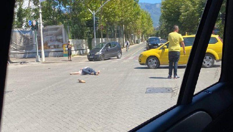 Taksia përplas biçiklistin në Tiranë, dërgohet me