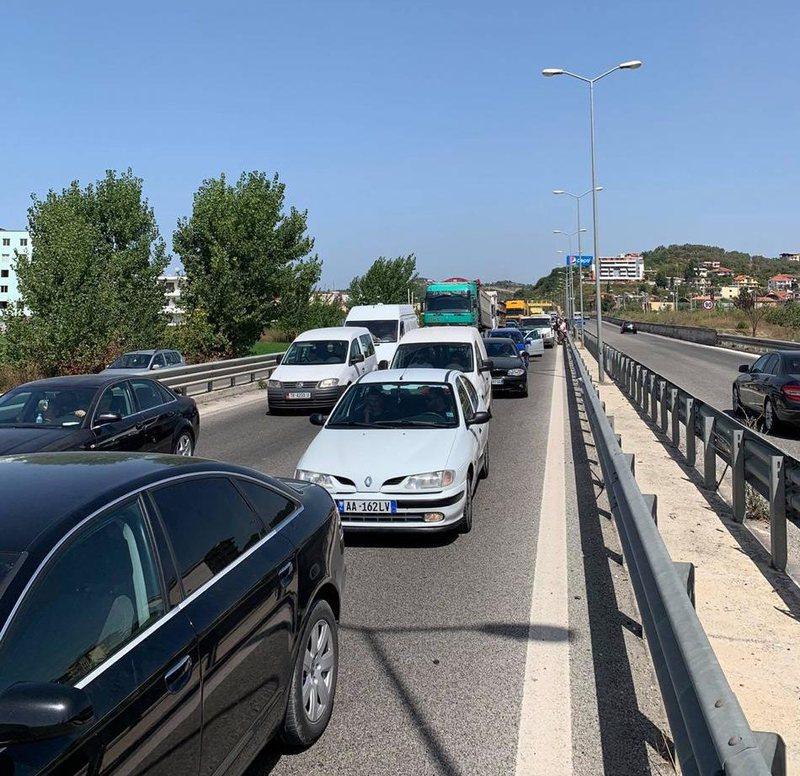 Aksident në Kavajë, përplasen dy makina, raportohet për