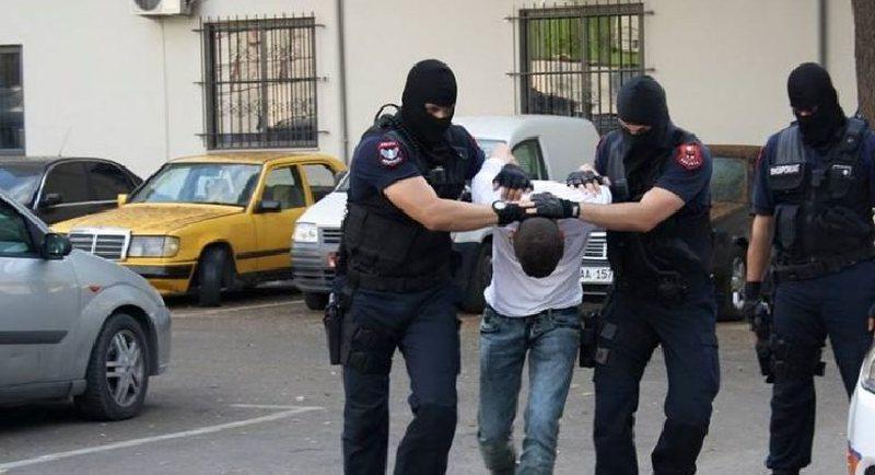 Përplasi dy gra me makinë, arrestohet i riu në Vlorë