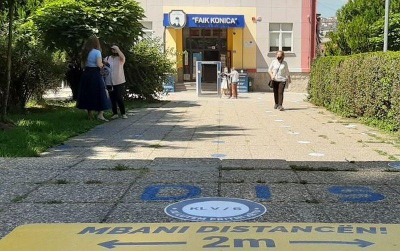 Infektohen katër mësues, mbyllet shkolla në Kosovë,