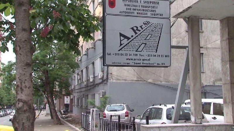 Abuzime me rrugët, pranga në Durrës disa zyrtarëve të