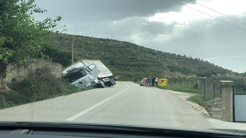Aksident i rëndë në Librazhd, kamioni i ngarkuar me granil bie