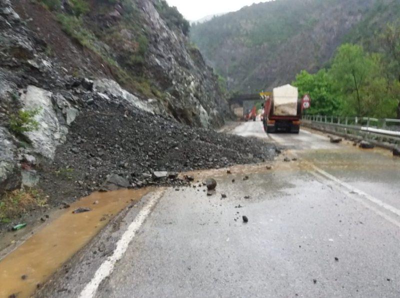 Reshjet e shiut, rënie gurësh në aksin Elbasan-Librazhd,