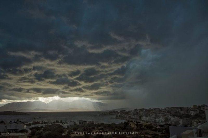 Moti i keq godet Greqinë, pamje të frikshme nga qielli