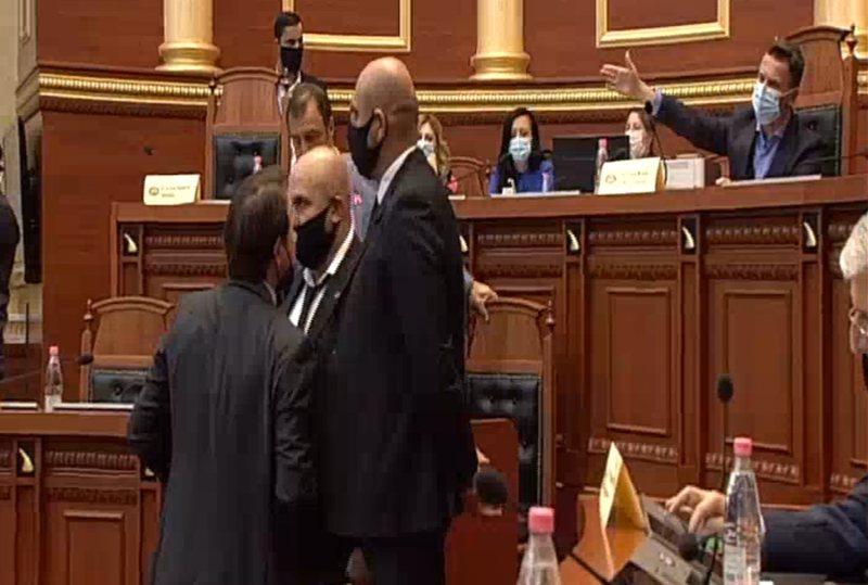 Debat në Kuvend/ Ralf Gjoni nxehet me Braçen, Garda i del