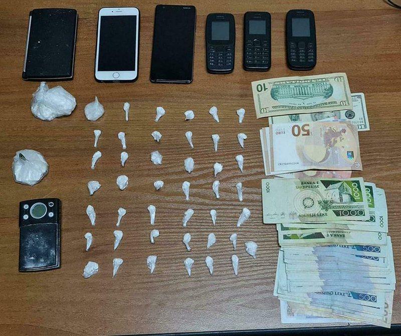 Sekuestrohen dhjetëra doza kokainë në Tiranë dhe shuma