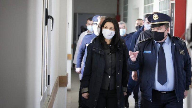 Ministrja Etilda Gjonaj kontroll në burgun e Elbasanit për masat