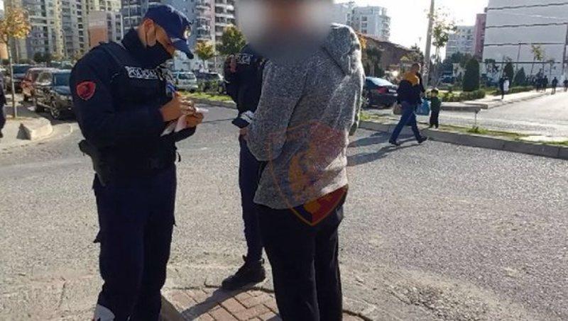 Lëviznin pa maska në rrugë, gjobiten 592 qytetarë!