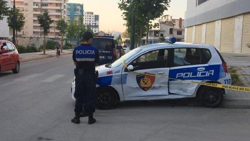 Fier/ 'Golfi' i pret rrugën, makina e policisë përplas