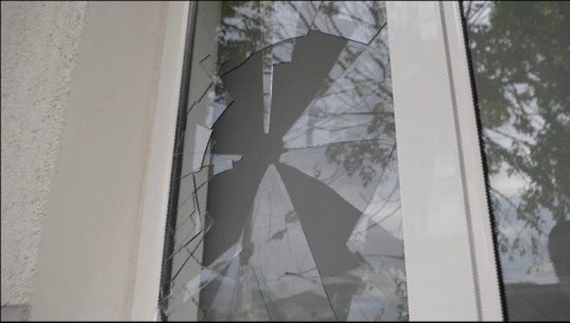 Sulmohet me gurë Qendra e re Shëndetësore në Elbasan,