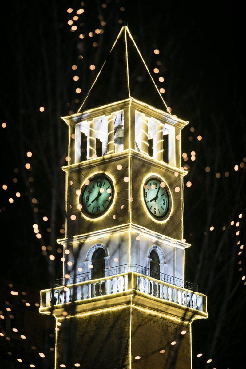 """Tirana """"harron"""" COVID-19, ndizen dritat dhe kryeqyteti duket më"""