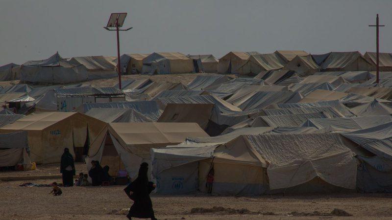 Qindra sirianë largohen nga kampi Al-Hol që drejtohet nga kurdët