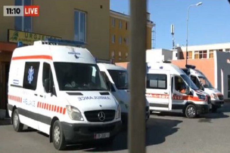Kaos tek Sanatoriumi, ambulancat qëndrojnë para spitalit me