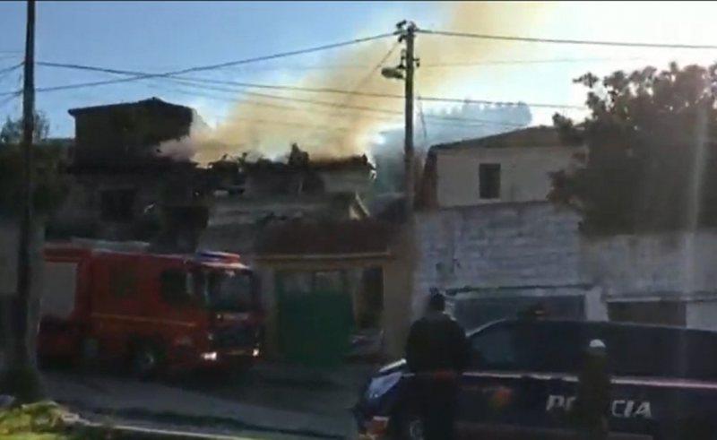 Përfshihet nga flakët banesa dykatëshe në Vlorë, shkak