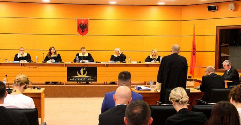 Gjyqtarët dhe prokurorët që digjen në vetting iu pezullohet