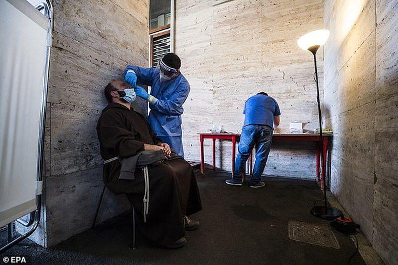 Papa solidaritet me të pastrehët, u siguron tampona falas dhe maska