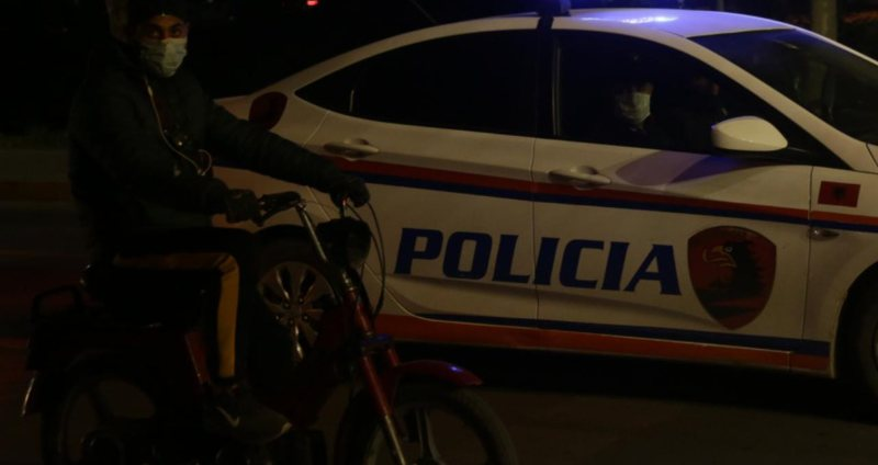Makina me logon e një televizioni nuk i bindet policisë, në