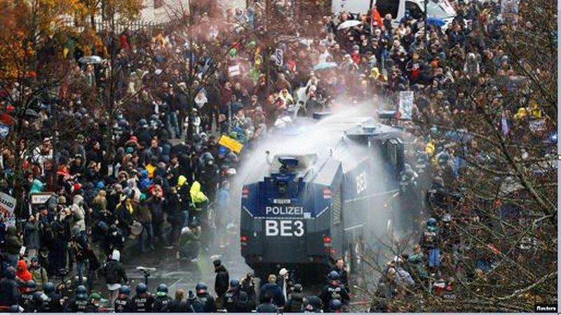 """""""Jo mbylljes, jo vaksinës së COVID"""", policia gjermane gaz"""