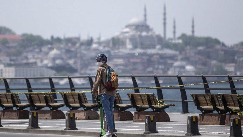 Frika e përhapjes së koronavirusit, Turqia ndalon pirjen e duhanit