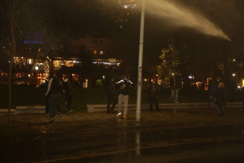 Protesta vazhdon para Drejtorisë së Policisë, hidhet gaz
