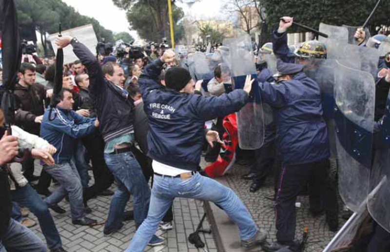 """Balla publikon pamjet nga protesta e """"21 Janarit"""", shihni momentet e"""