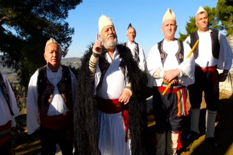 Fierakët i këndojnë Erdoganit: Sa malet të rrojë