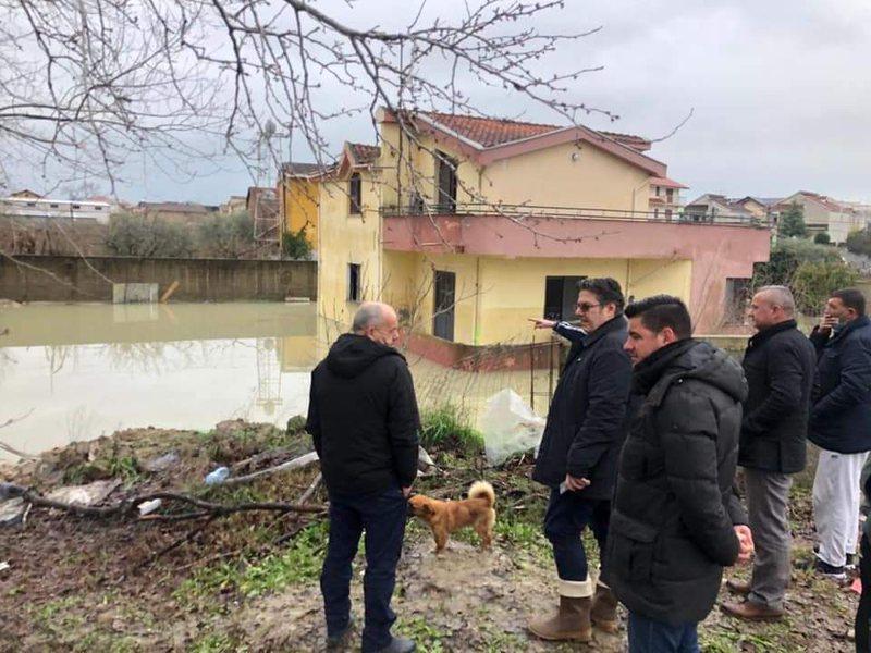 Paloka me banorët e përmbytur në Shijak: Rilindasit mendojnë