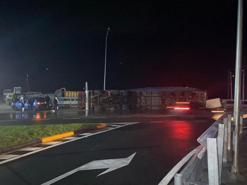 Përmbyset kamioni në Tepelenë, plagoset shoferi