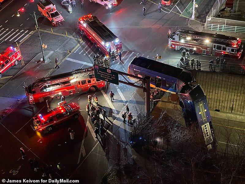 Aksidentohet autobusi, përfundon i varur në urë