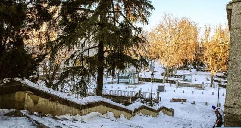 Në luftë me borën në Spanjë, mjekët ecin në