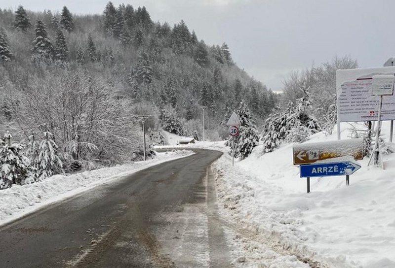Shi dhe borë gjatë natës, ja si paraqitet situata në qarkun