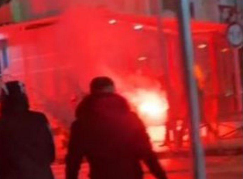 Tensione para derbit Tirana-Partizani, tifozët i vendosin flakën