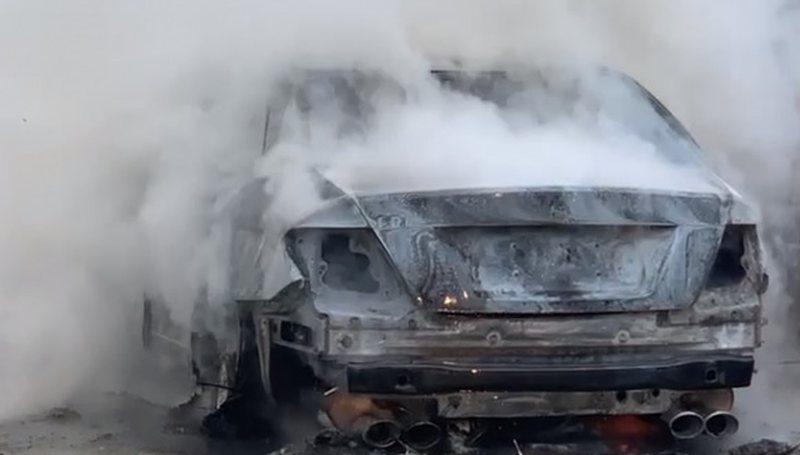 Mori flakë në rrugë, si u dogj makina në Fier