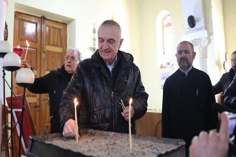 Meta në Kishën e Shën Athanasit, ndez qirinj dhe lutet për