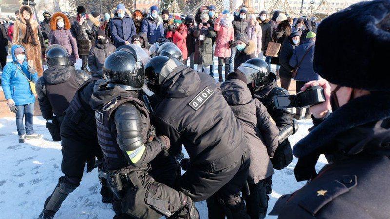 Trazira në Rusi, shpërthejnë protestat, dhjetëra